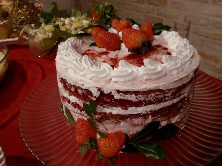 torta red velvet, com chantilly de chocolate branco e geleia artesanal de morangos