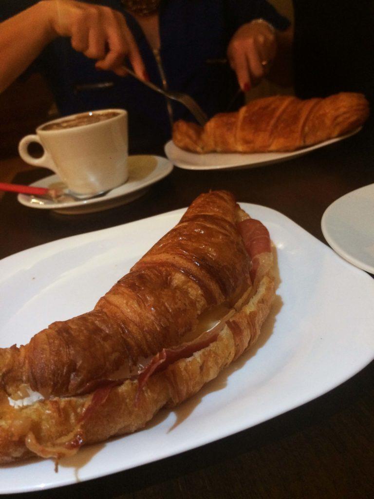 Croissant com recheio de queijo brie com presunto de parma da Cia do Croissant
