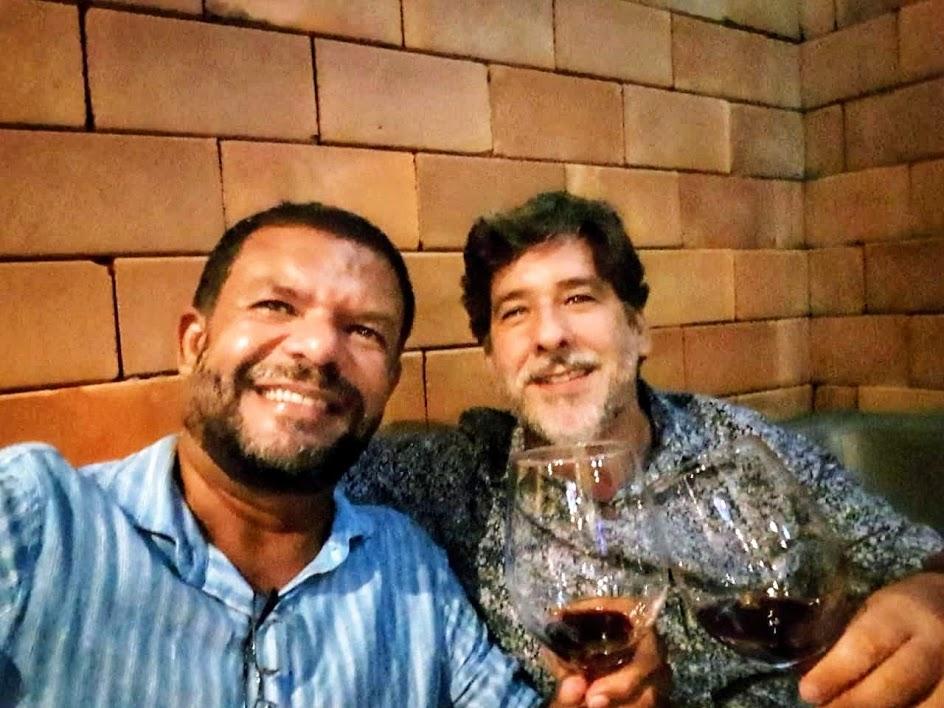 Os colaboradores do verbo Comer Marcelo José e Rafael Neves degustaram as novidades do Faaca