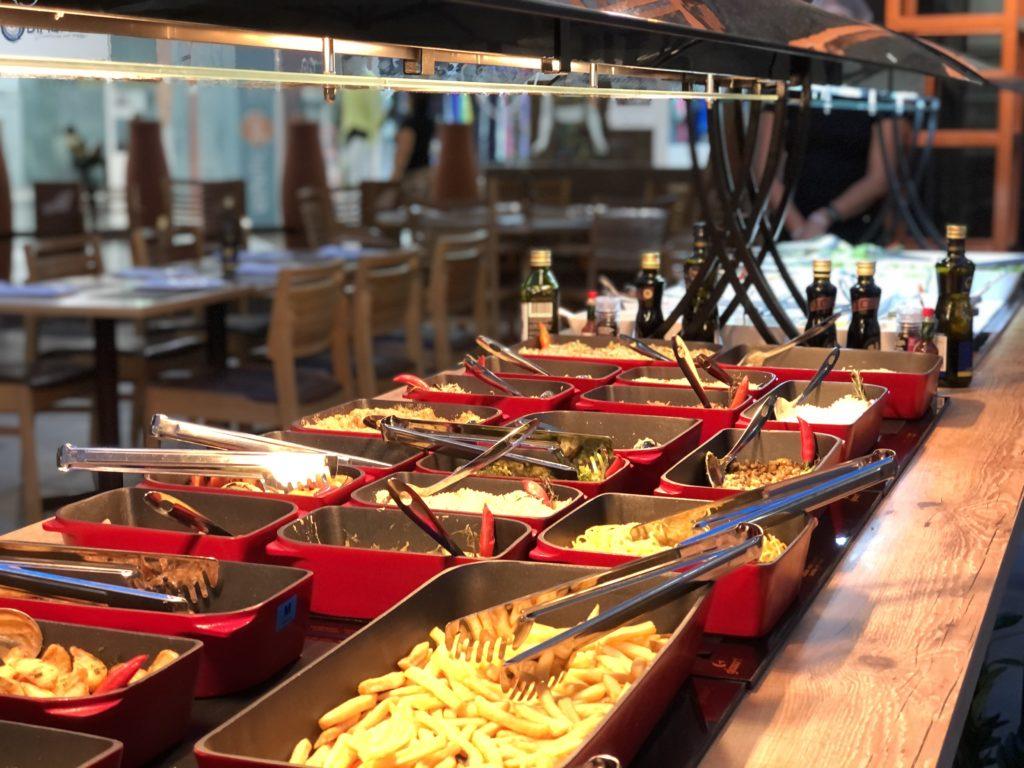 O cliente escolhe um grelhado, numa porção bem servida (a partir de R$ 26,00) e tem acesso livre a um serviço de buffet,